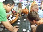 哈佛鱷魚合唱團走訪茶園,品嘗台灣好茶。