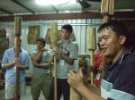鱷魚合唱團拿起木杵,槌撞出布農族傳統「杵音」,工坊主人方光雄不禁讚嘆,學音樂的音感果然不同凡響,一教就會。